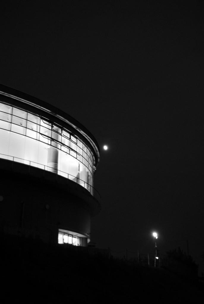 月と体育館