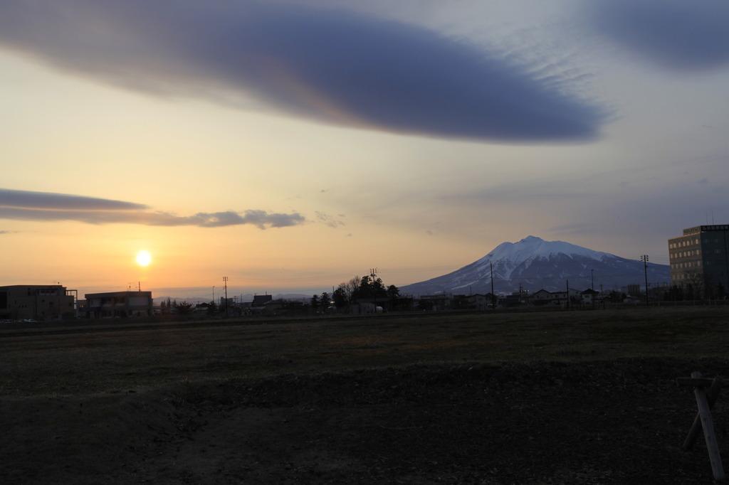 夕日と岩木山