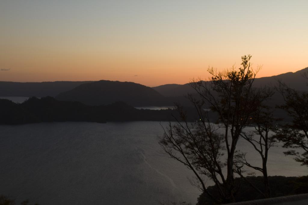 十和田湖の朝焼け