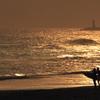 輝く海とシルエットのサーファー