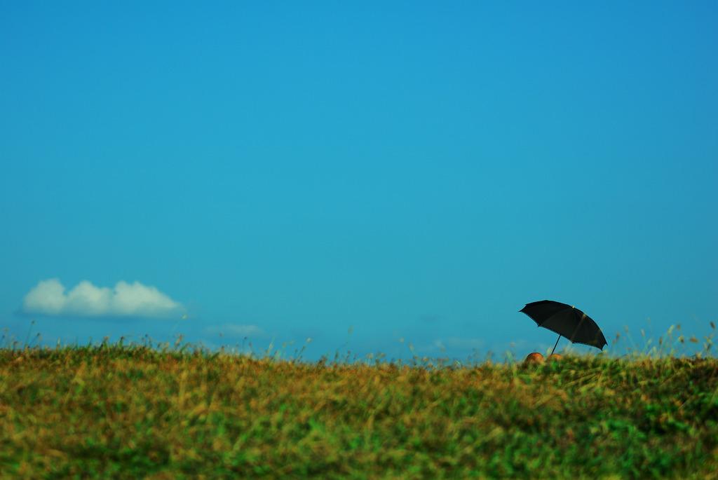 青い空、白い雲、日傘の中の真夏