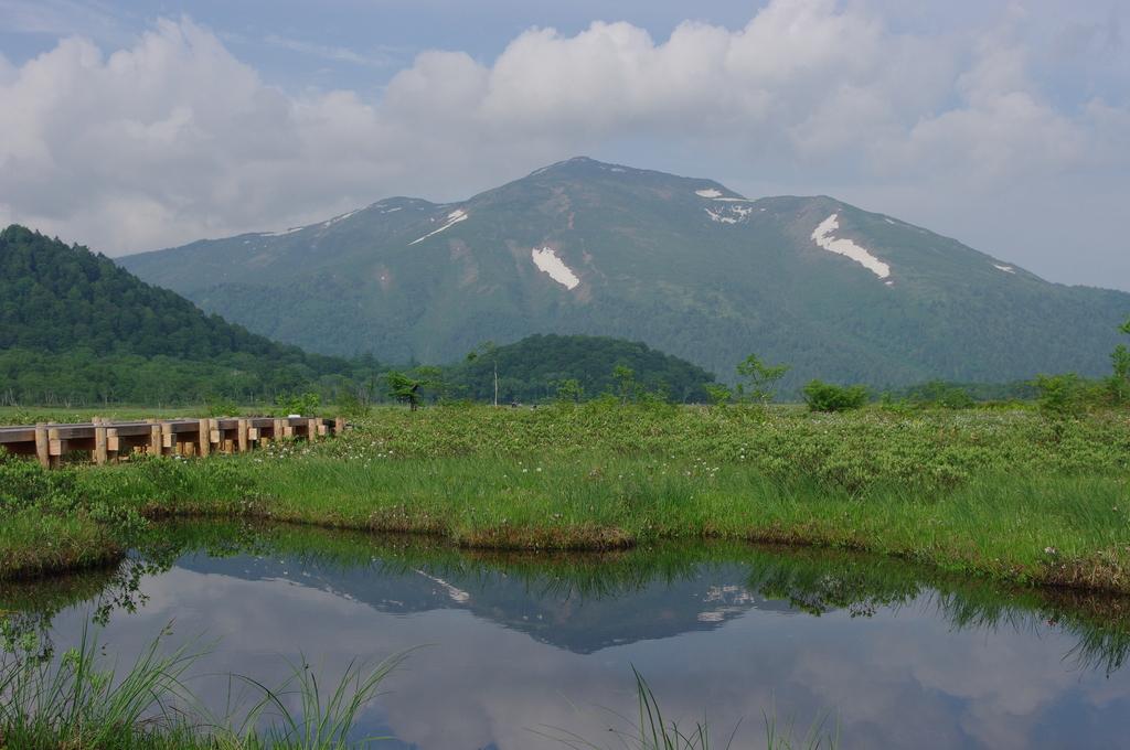 池塘に映る至仏山