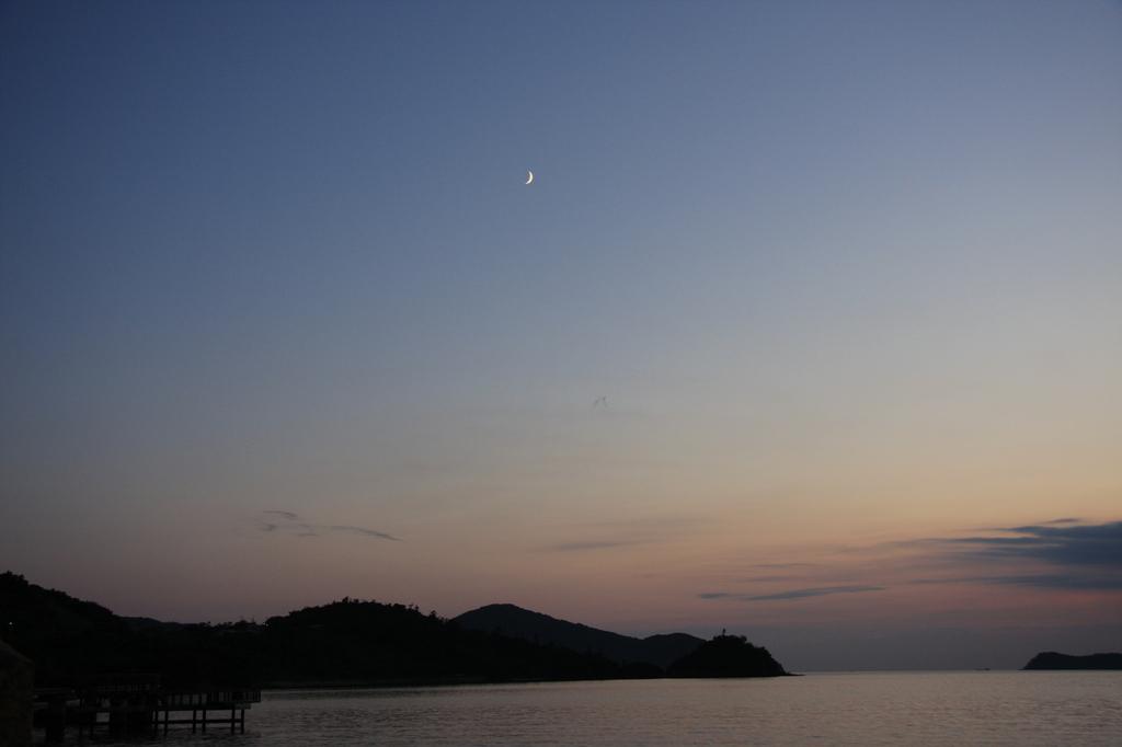 落日と下弦の月
