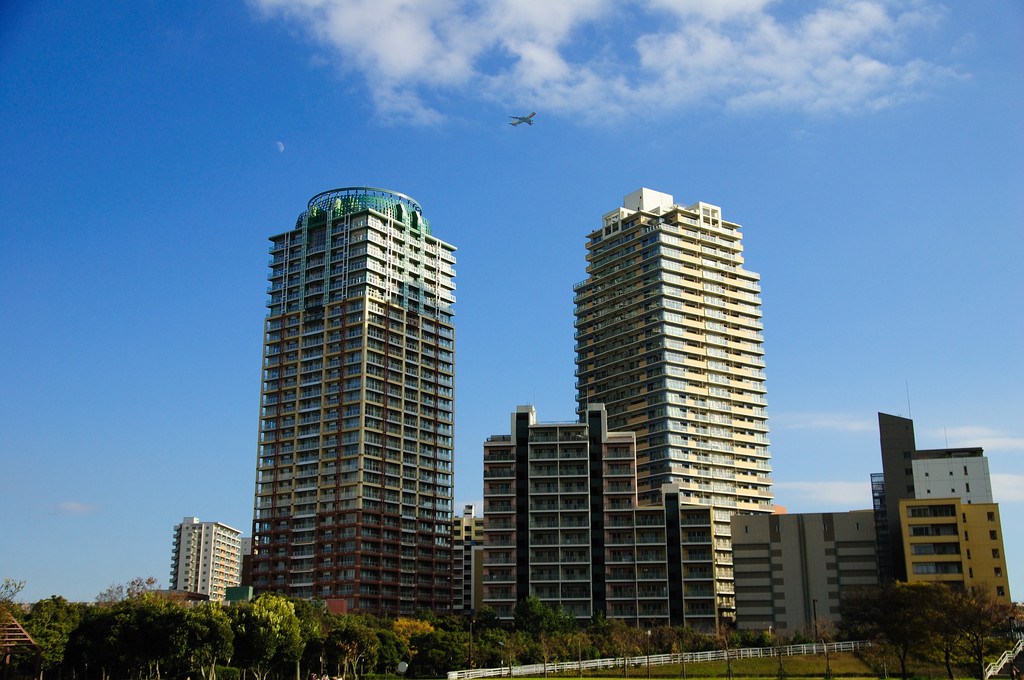 月と飛行機と建物と
