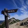 燕山荘から燕岳を臨む