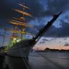 海王丸と早朝の関門橋