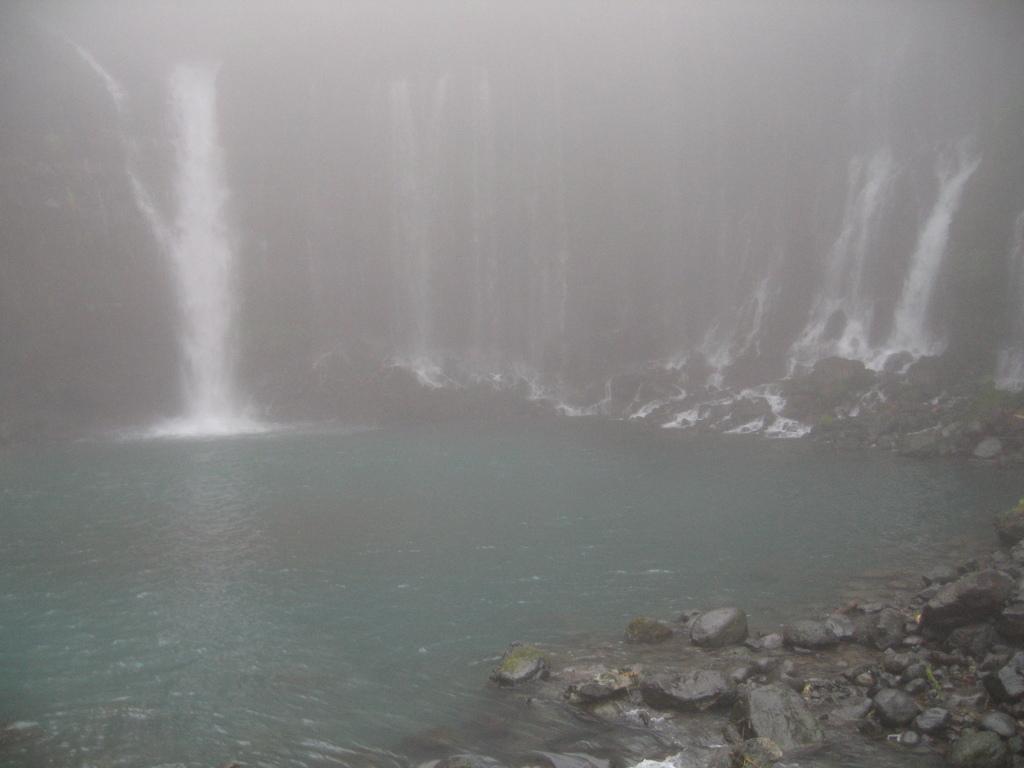 霧のなかの滝