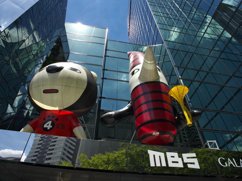 毎日放送本社ビル らいよんちゃんとぷいぷいさん。 新しいMBSのロゴもいい感じです。   写真共