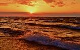 日が沈み波がくる