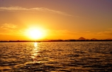 琵琶湖如月の朝日