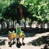 園児の散歩~いつもの公園で~
