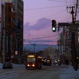 路面電車の走る街の夕暮れ時