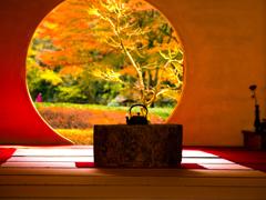 柔らかい日差しの円窓