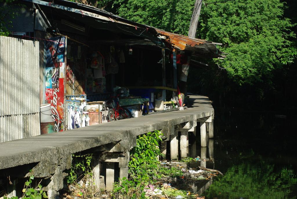 運河縁雑貨屋