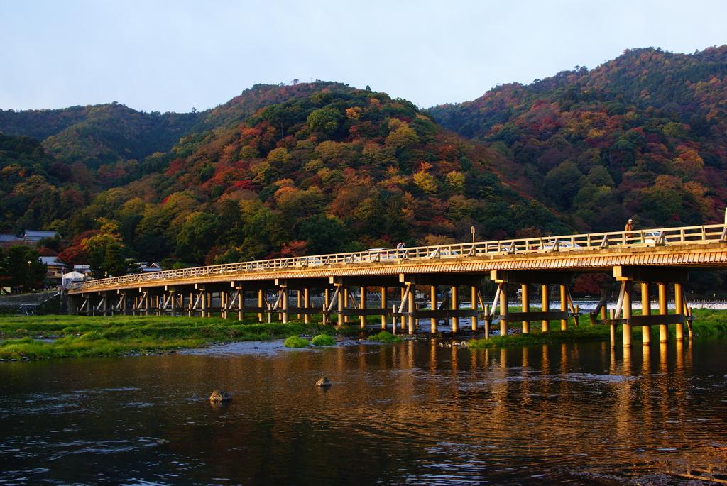 朝日に照らされる渡月橋