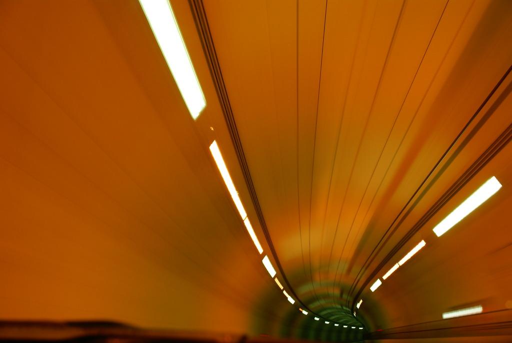 トンネル 進入 闇へ