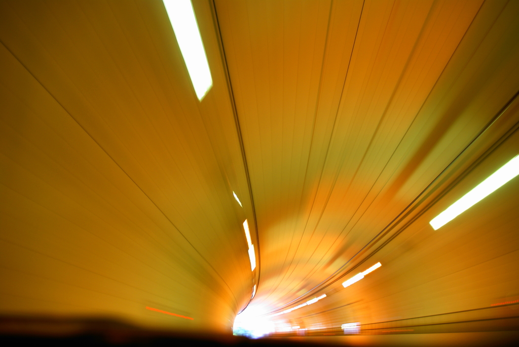 トンネル 脱出 光へ