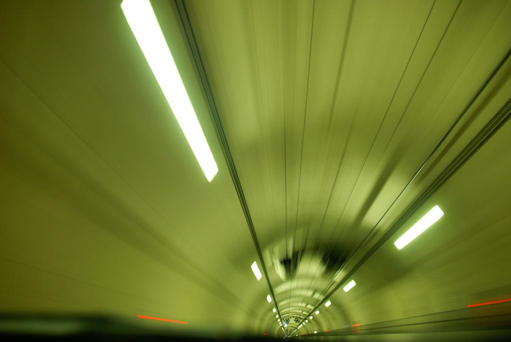 トンネル 中心 暗黒