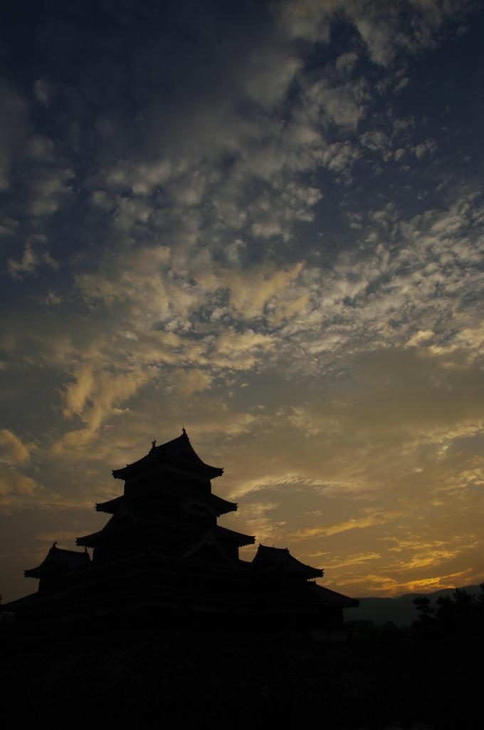 夜明け前の松本城