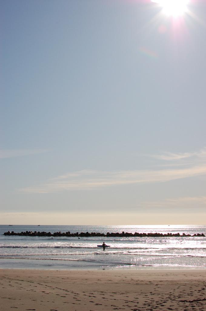 太陽とサーファー