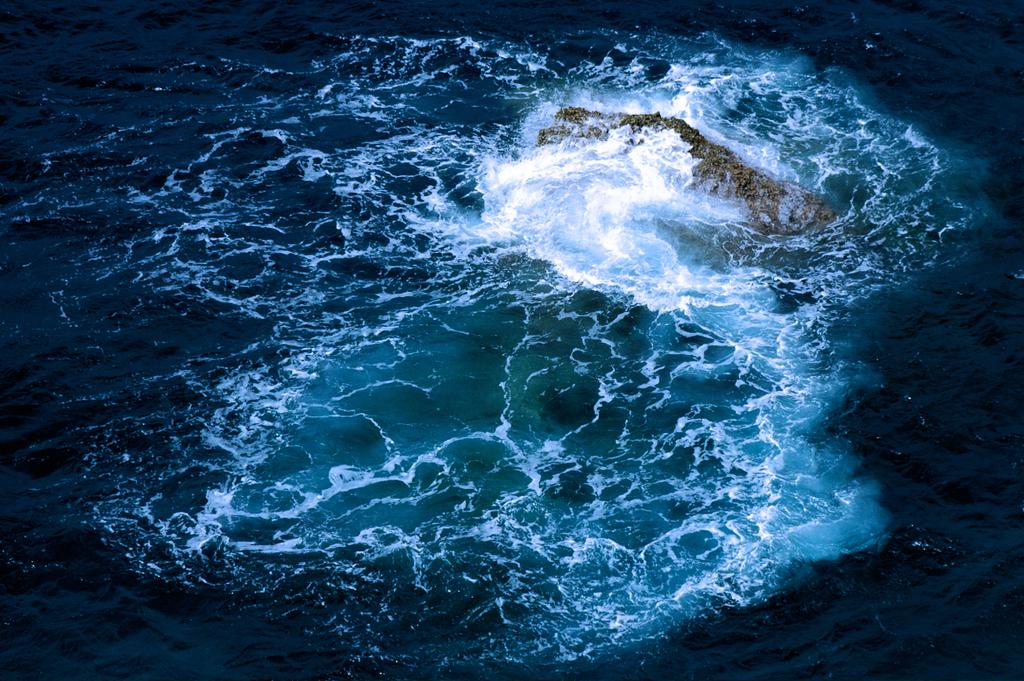 岩を打つ波