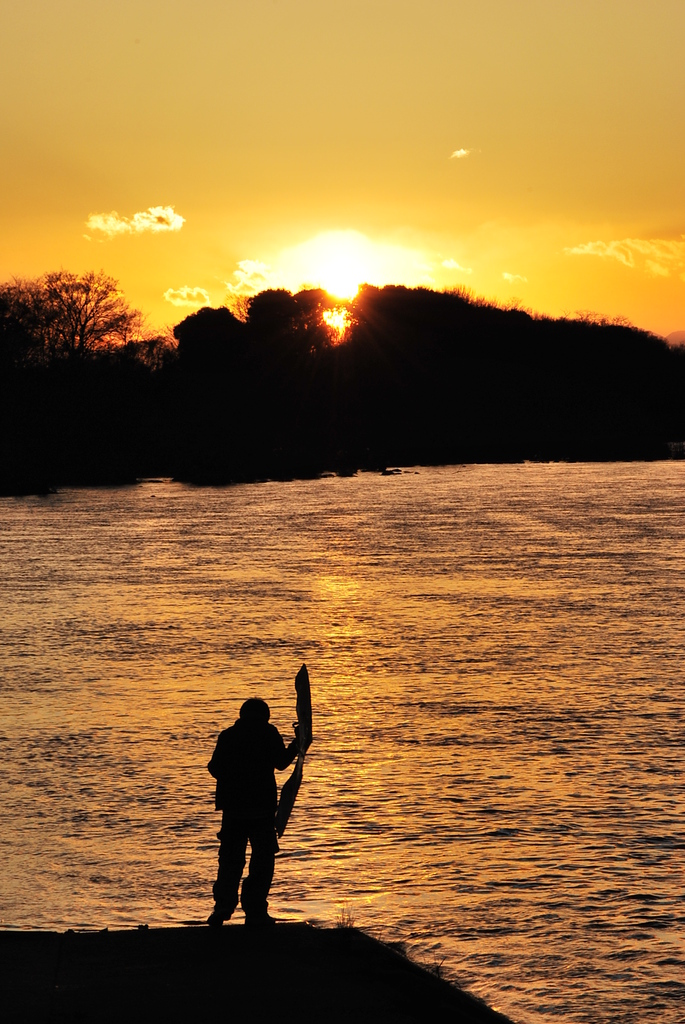凧揚げと夕日