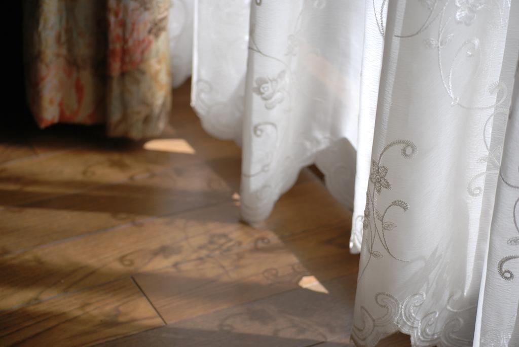 風に揺れるカーテン