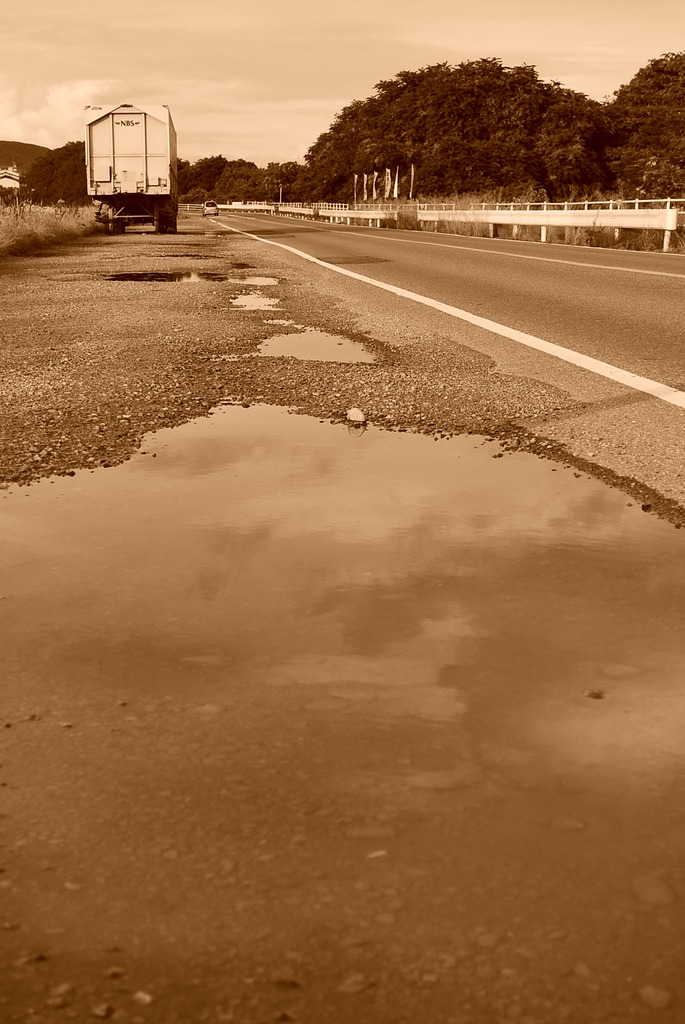夕暮れの車道
