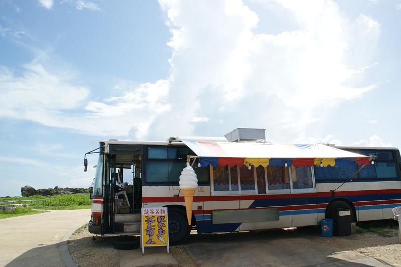 アイスクリームを売るバス