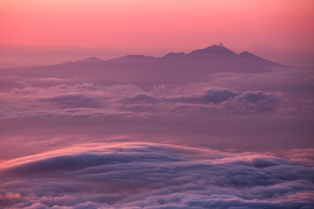 噴煙とうねる雲海