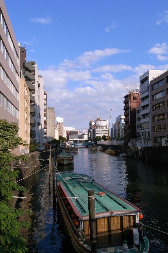 秋空に浮く屋形船