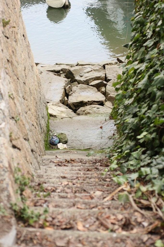 階段 川へ