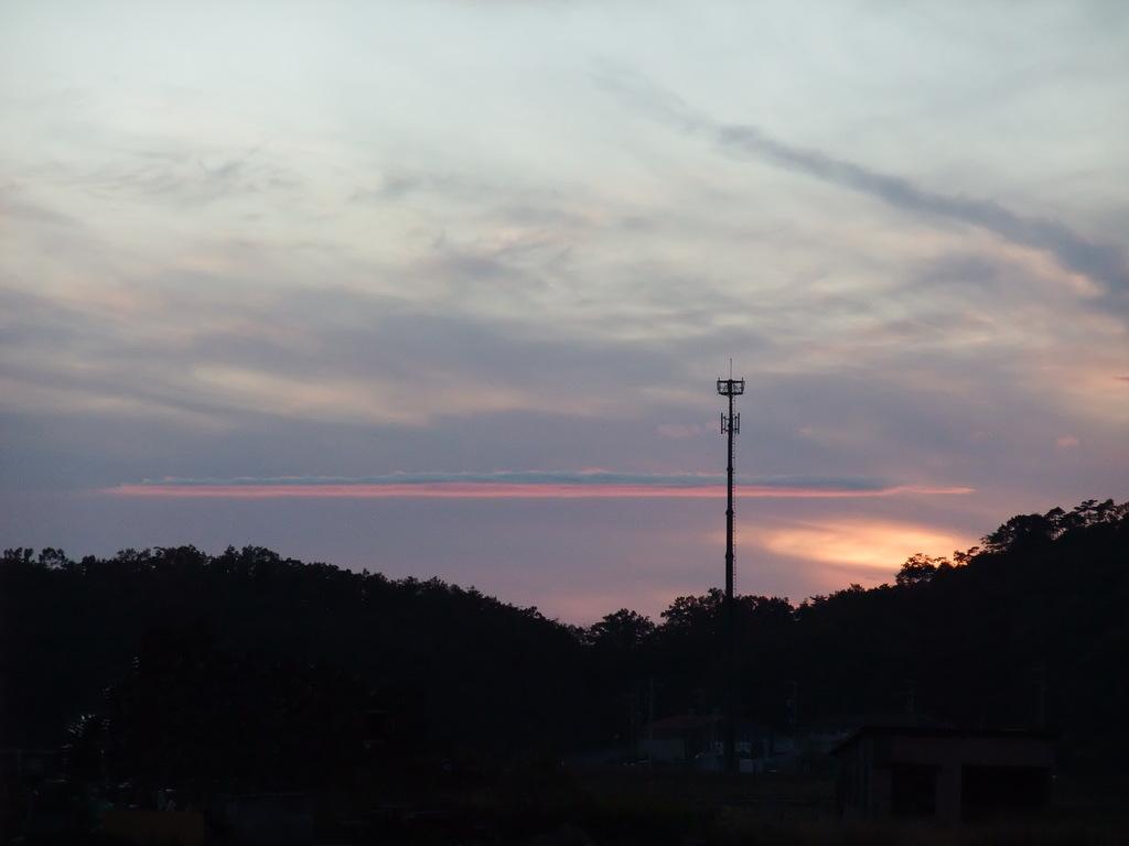 西の空に雲の一線