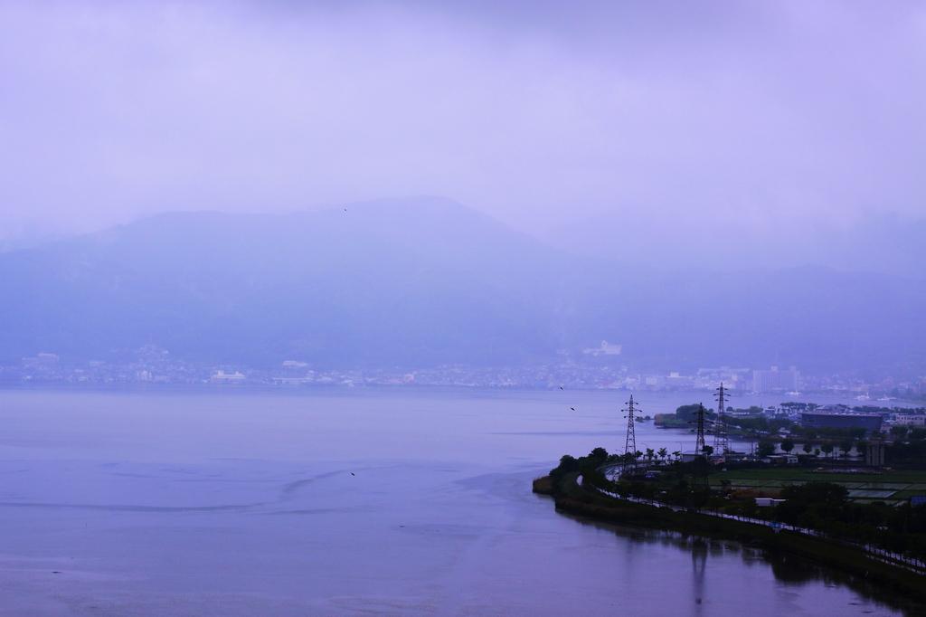 雨、諏訪湖