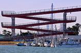 歩道橋と船