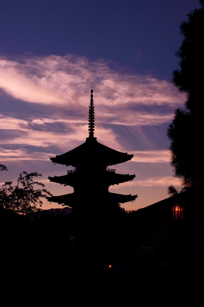 夕暮れの八坂の塔