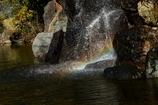 小さな滝と虹-2