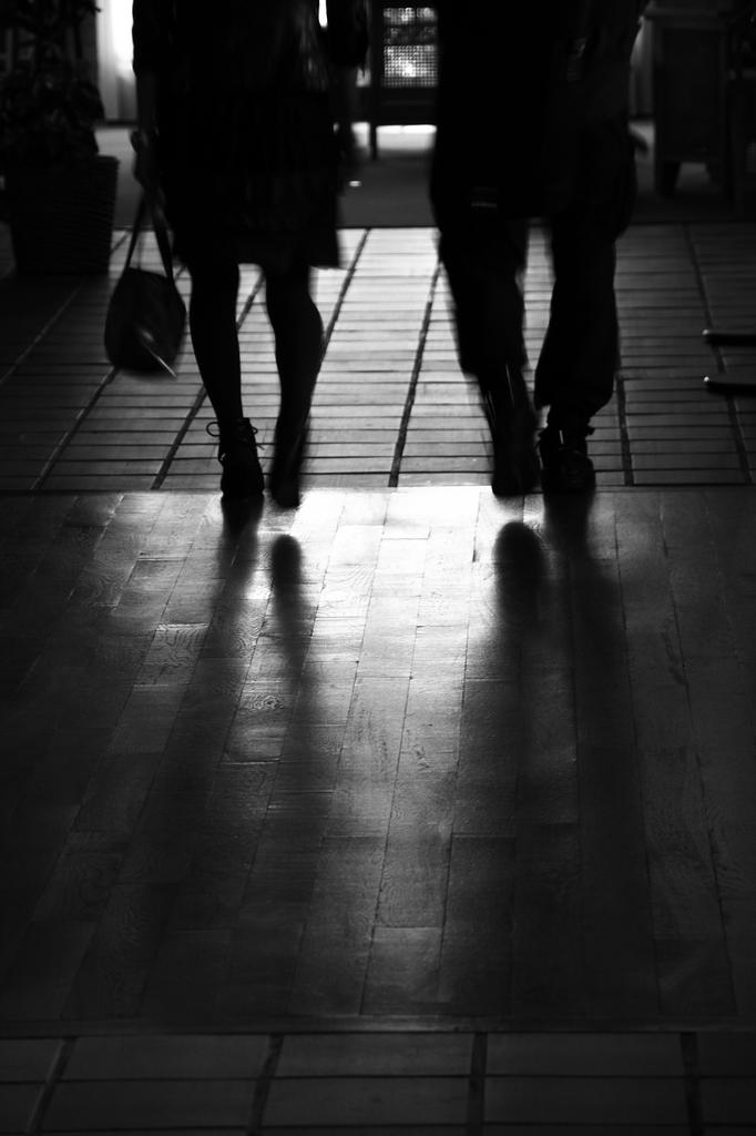 廊下を歩くふたり