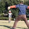 麻溝公園の芝生広場でサッカー