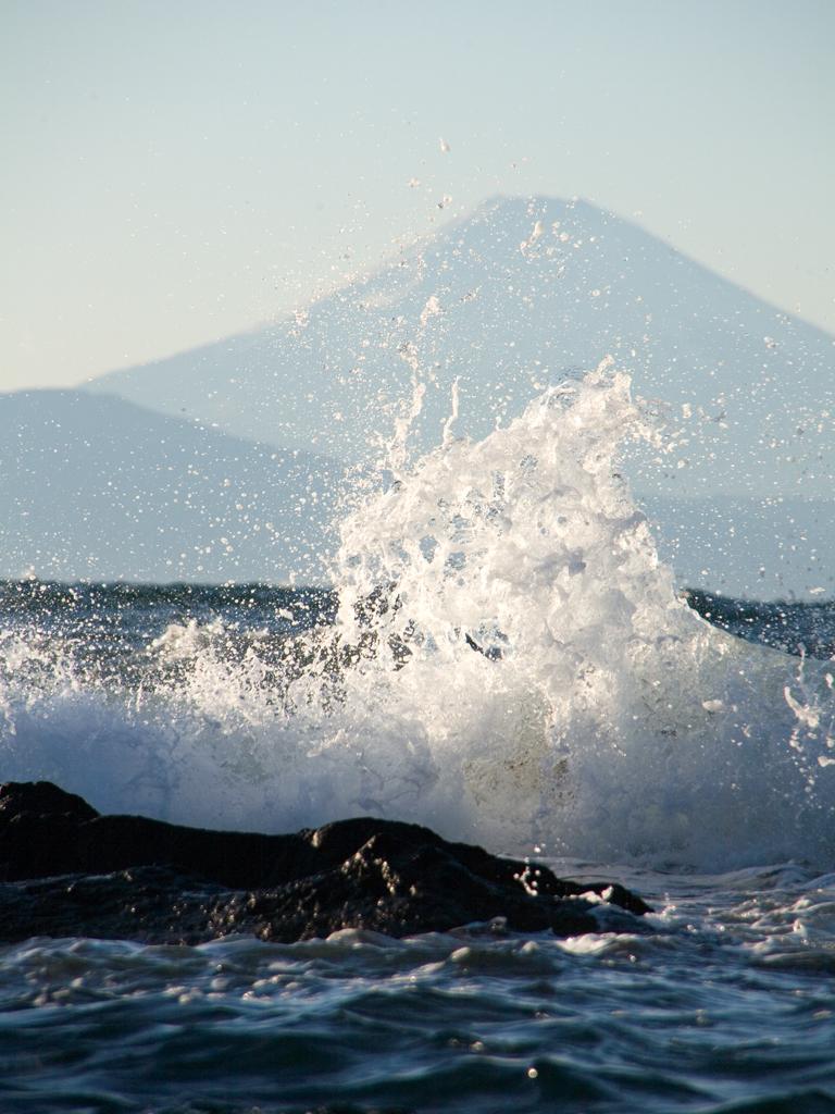 本日晴天なれど波高し