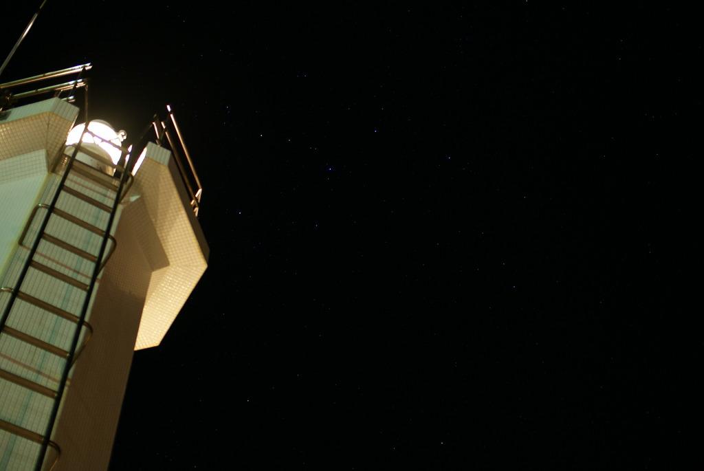 灯台と星空