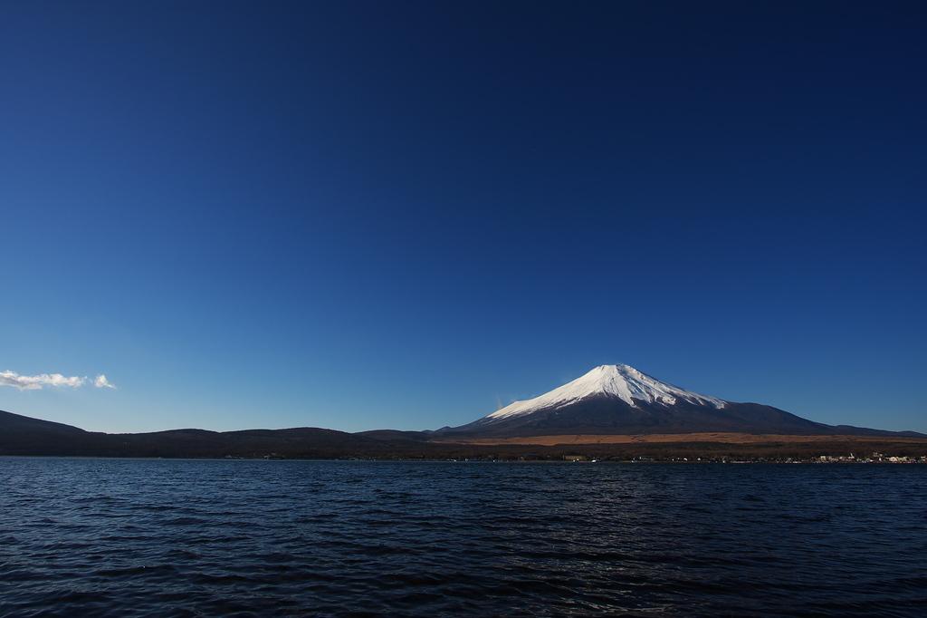 山中湖湖畔からの富士山。
