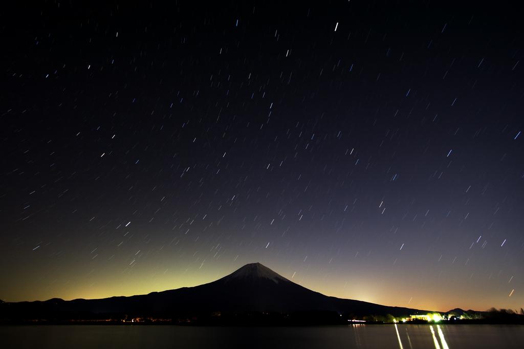 星空と富士山。