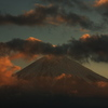 朝日に染まる富士山。