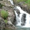 ダム湖近くの滝