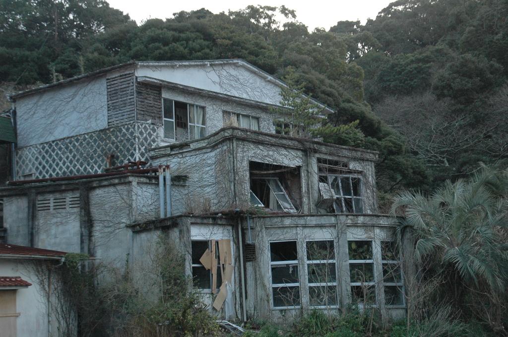 なまこ壁の廃墟ホテルです