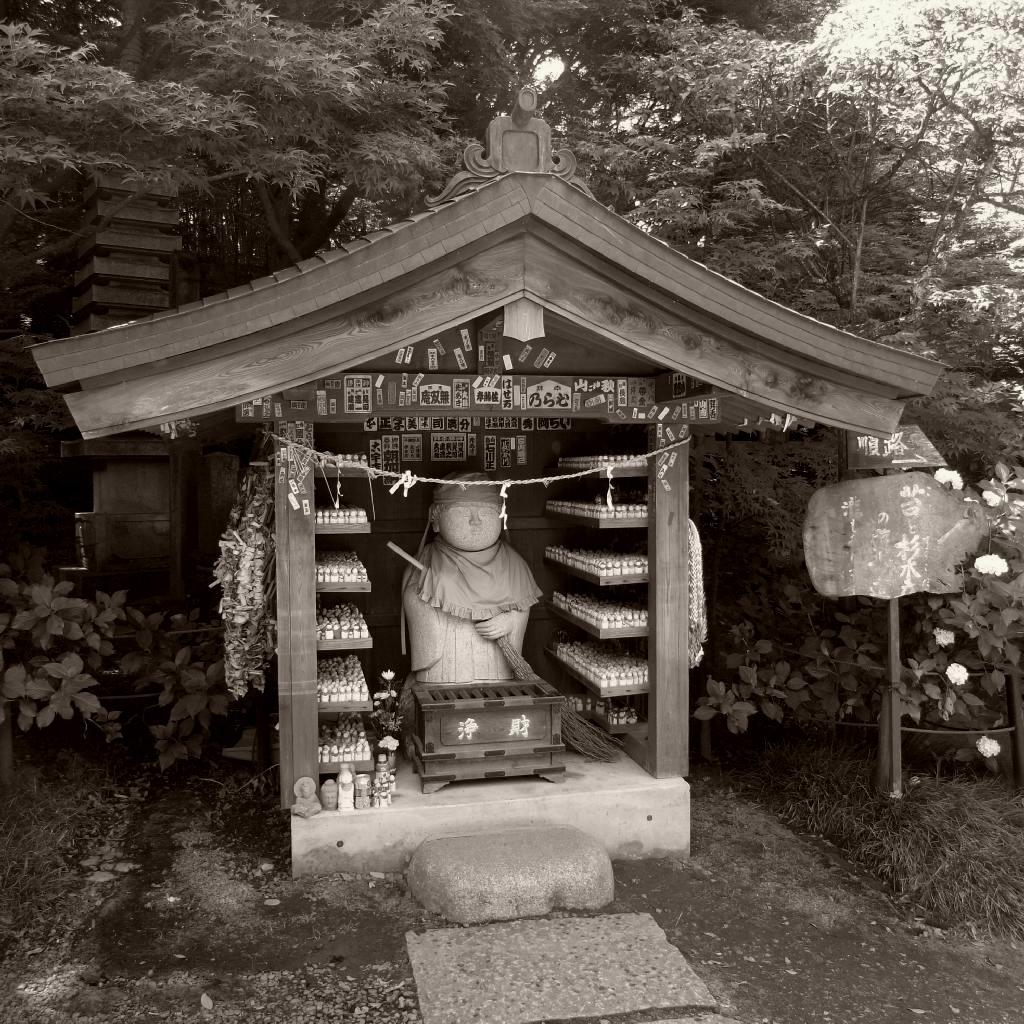 松戸市の本土寺 お地蔵さんモノクロ