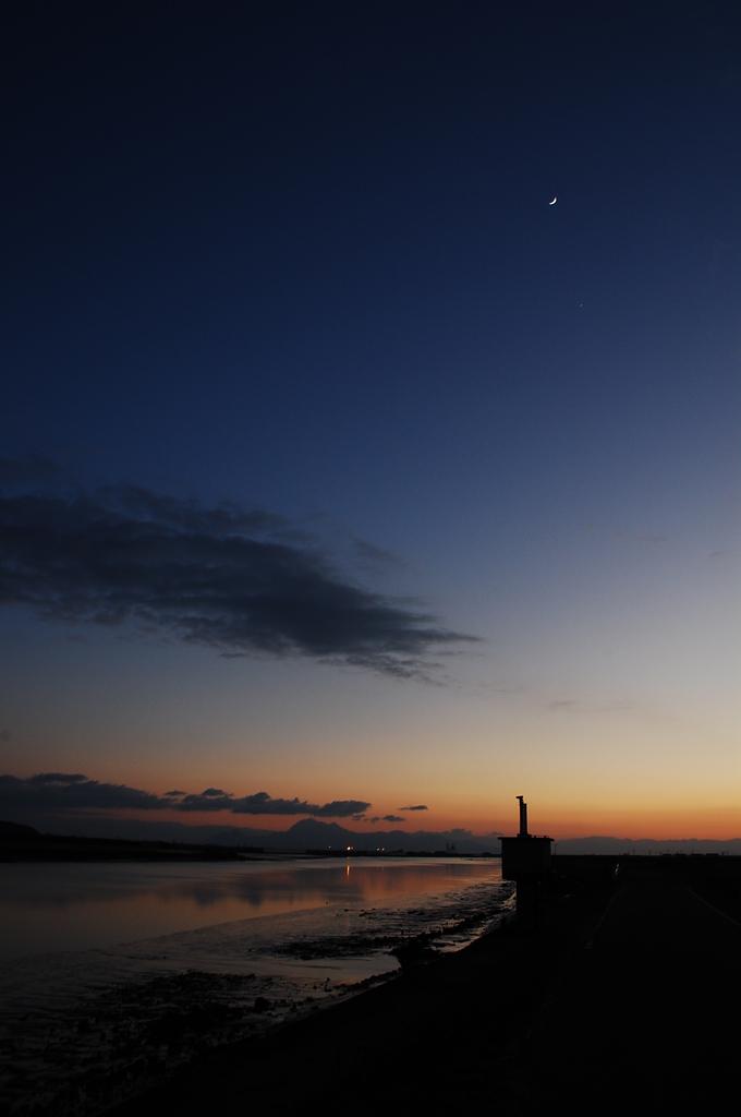 月、夕暮れ、河口