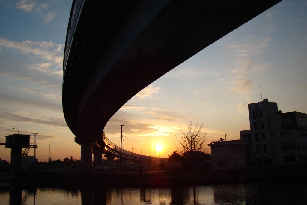 夕陽に向かう橋