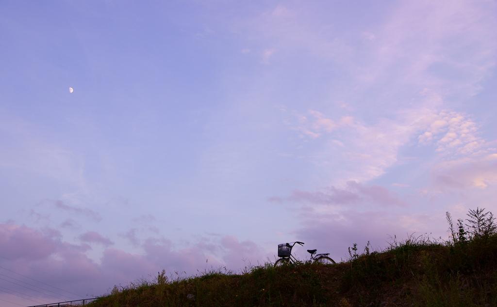 夕空と月と自転車と